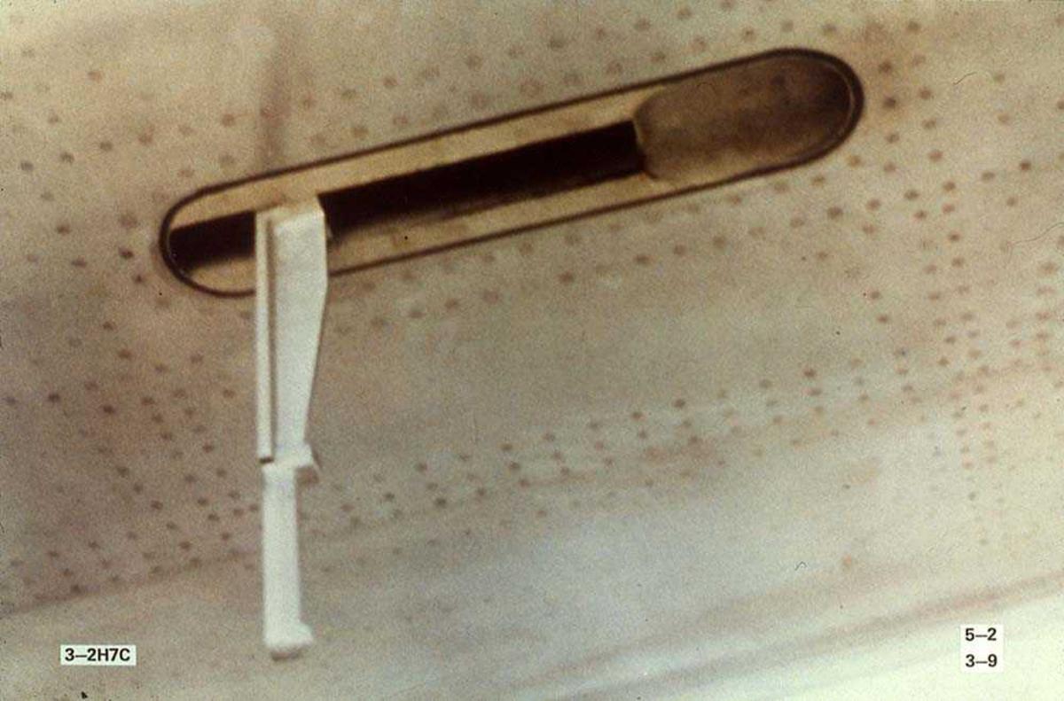Detaljbilde av et håndtak på ett fly, Boeing 737-200.