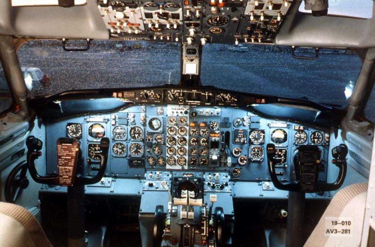 Cockpiten i ett fly, Boeing 737-200.