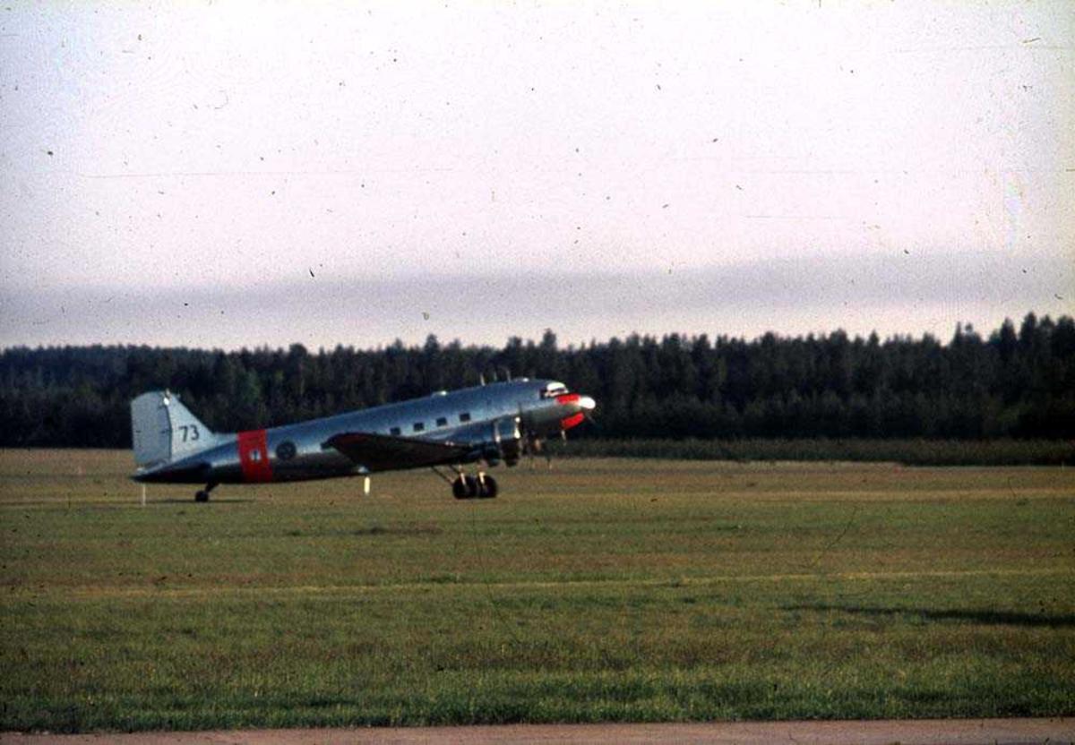 Ett fly på bakken, Douglas DC-3 / C-47 Dakota.