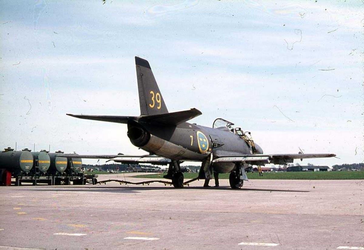 Lufthavn. Ett fly på bakken, Saab J32 Lansen.