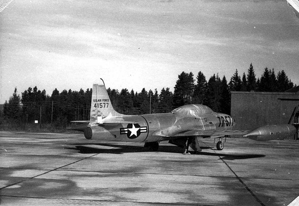 Lufthavn. Ett fly på bakken, Lockheed T-33 Shooting Star.