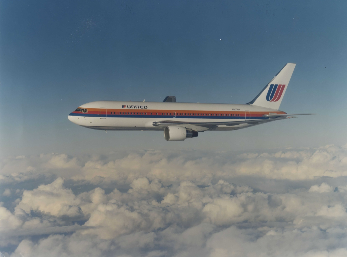 Ett fly i luften. Boeing 767. United Airlines.