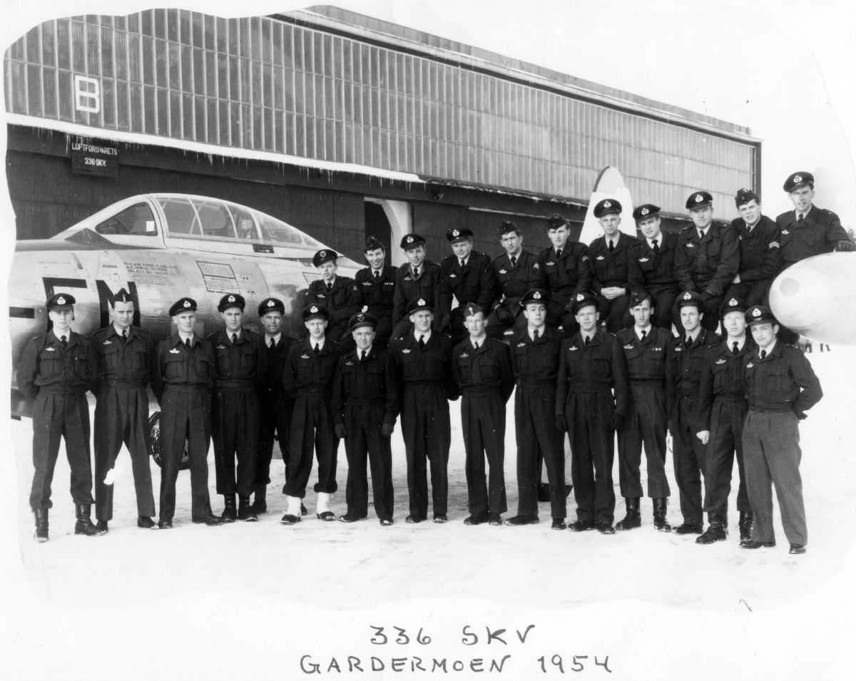Gruppebilde av 336 skv. på Gardemoen. Fly og hanger i bakgrunnen.