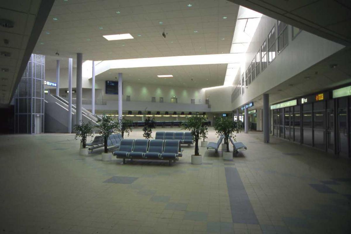 Lufthavn - flyplass. Inngangslokalet til Bodøs nye Lufthavn. Sittegruppe næmest, til høyre inngang/utgang og innsjekking i bakgrunn.
