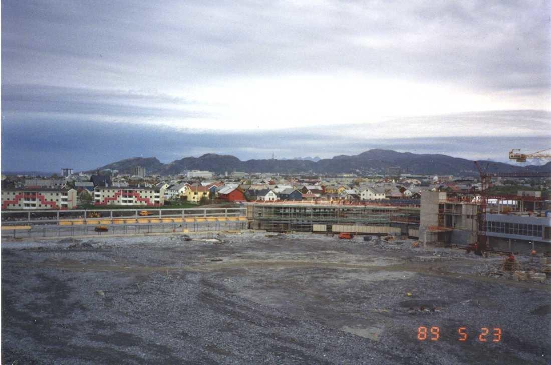 Lufthavn - flyplass. Bodø nye Lufthavn. Bygningsmassen begynner å ta form. lyoppstillingsplassen/tarmac planert I bakgrunn deler av bebyggelsen i byen.