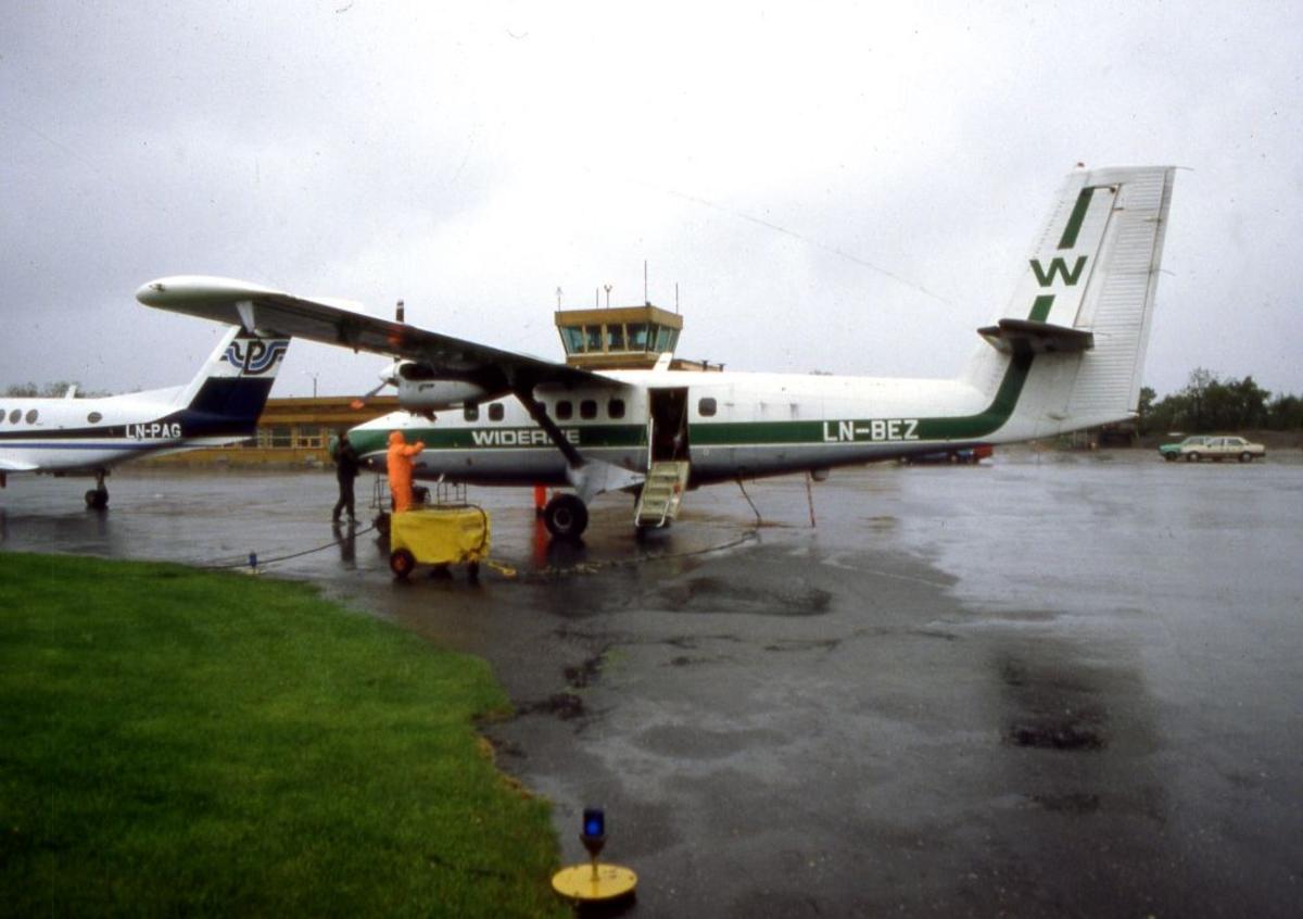 Lufthavn (flyplass). To fly, LN-BEZ, DHC-6-300 Twin Otter fra Widerøe og LN-PAG, Beech Super King Air fra Partnair. To personer på oppstillingsplassen (tarmac).