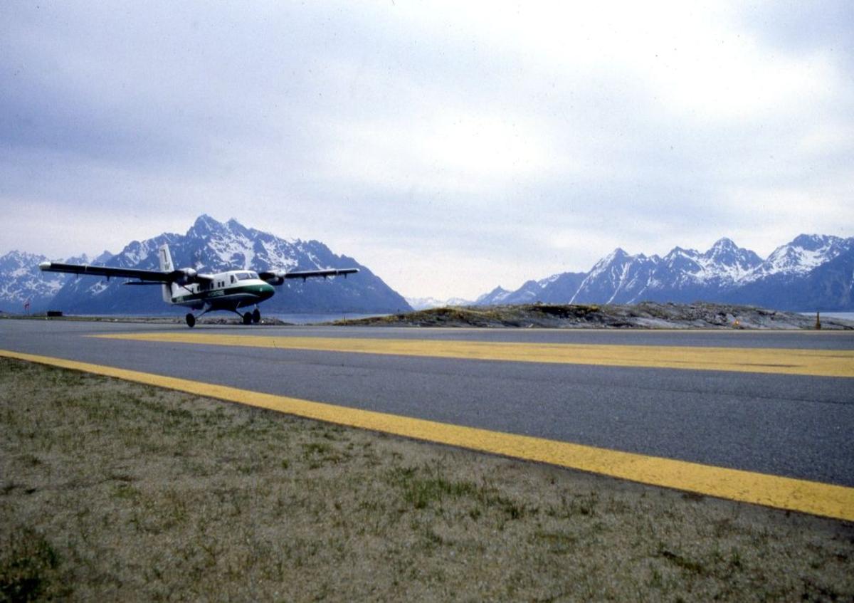 Lufthavn (flyplass). Et fly, DHC-6-300 Twin Otter fra Widerøe lander.