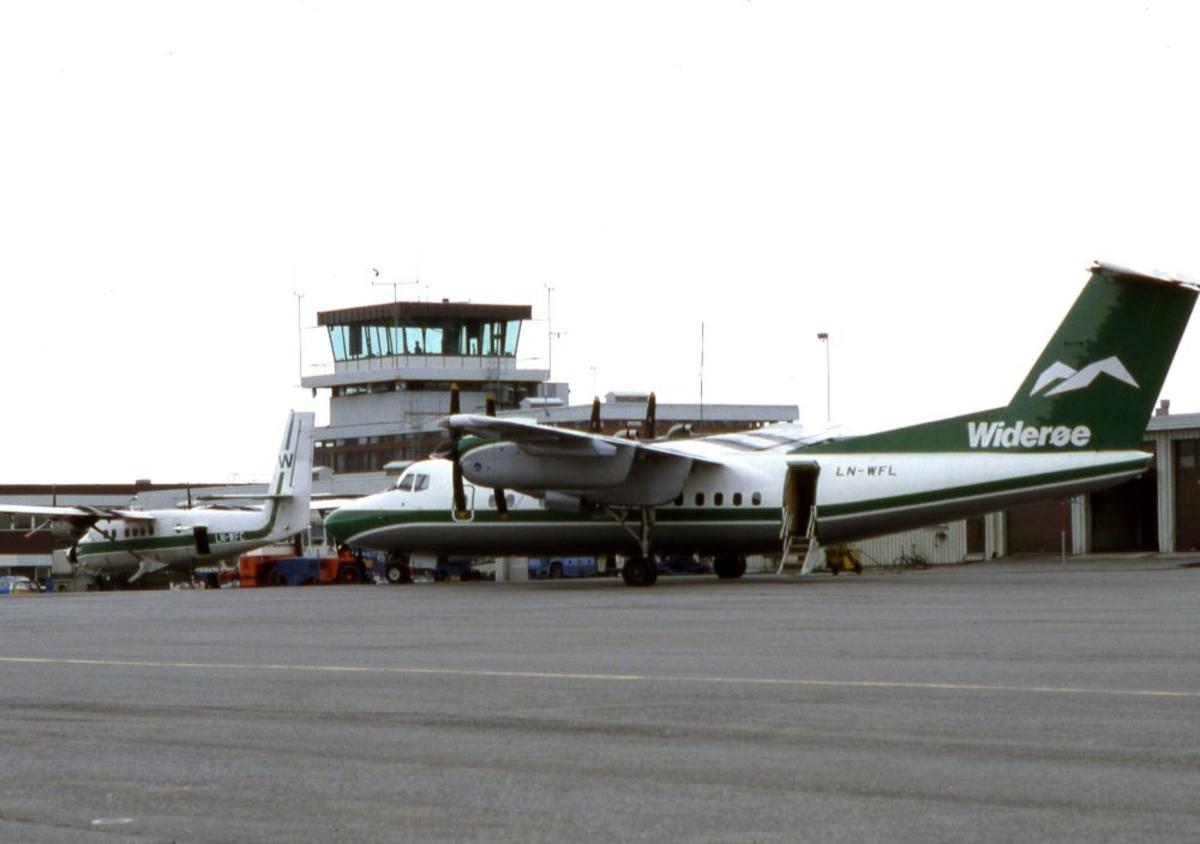 Lufthavn (flyplass). To fly, LN-WFL, DHC-7-102 Dash 7 og LN-WFC, DHC-6-300 Twin Otter fra Widerøe parkert ved Flytårnet.