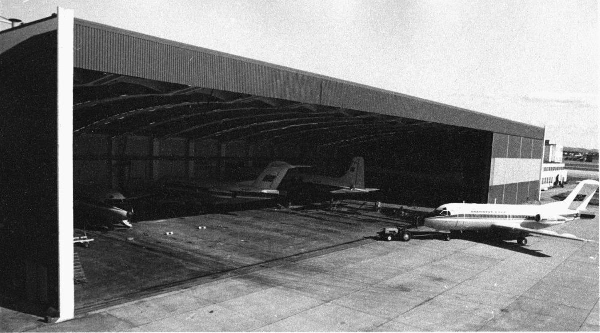Lufthavn/flyplass. Sola/Stavanger. Braathens SAFE's Tekniske Div. Flere fly parktert i hangar og et nytt taues inn til vedlikehold/ettersyn..