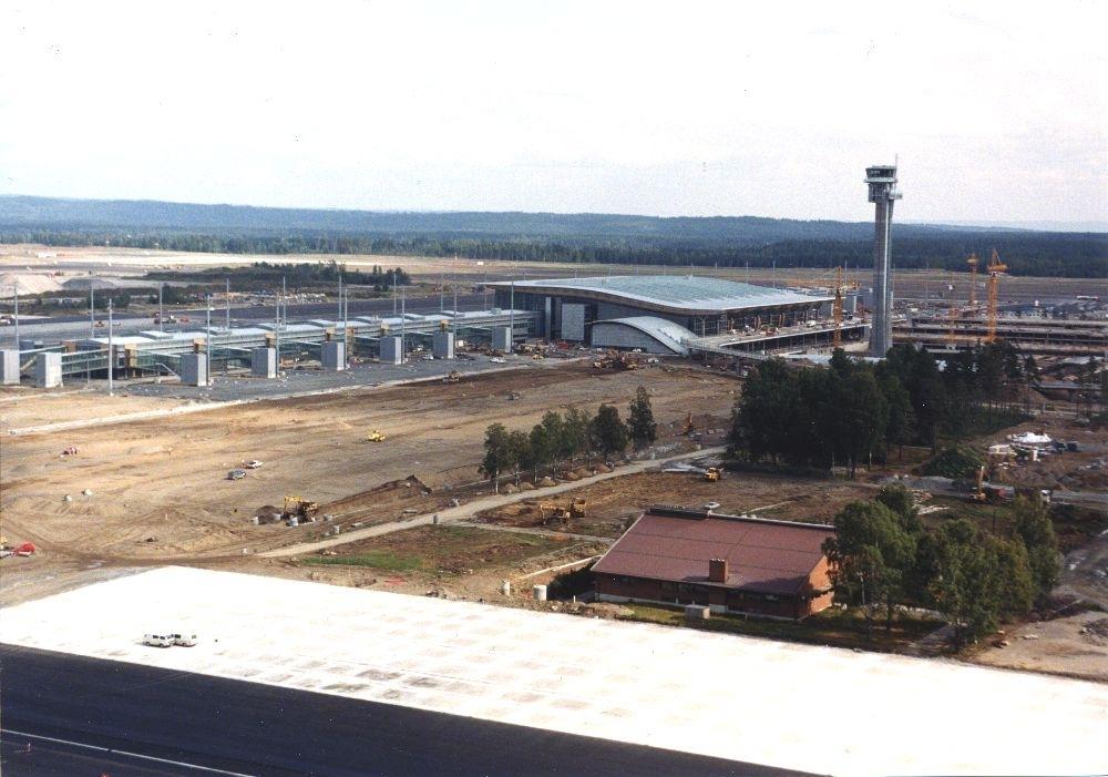 Lufthavn/Flyplass. Gardermoen. Oversiktsbilde over området som bygges ut. Terminalbygget under oppføring. Fremgang også med planering av taxebaner og rullebaner (runways).