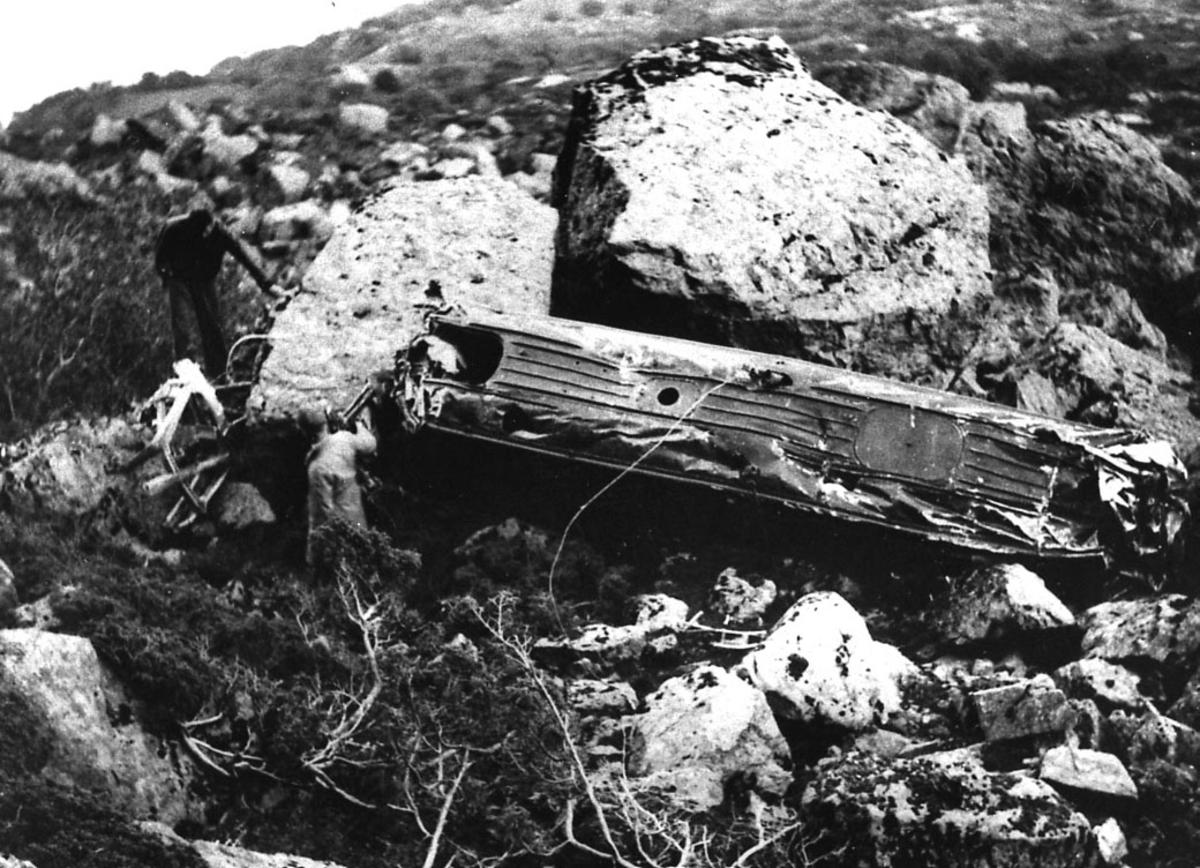"""Landskap, store steiner, rester etter ett fly/flyvrak, Junkers JU 52, LN-DAE """"Havørn"""" fra DNL."""
