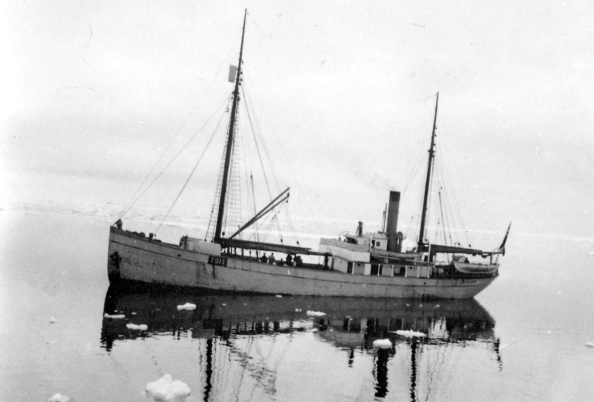 """En større båt, ishavsfartøyet """"Braganza"""". Små isflak på havet."""