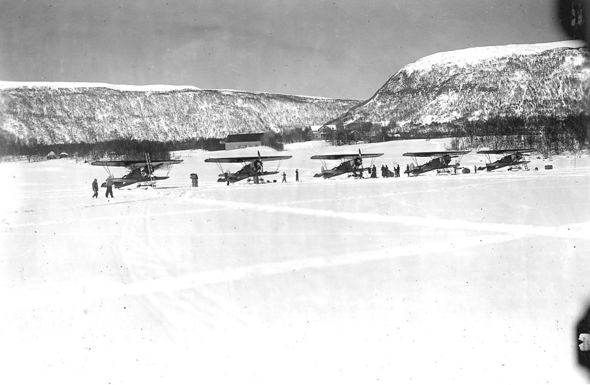 Åpen plass, fem fly på bakken, Fokker C.V.D Snø på bakken.