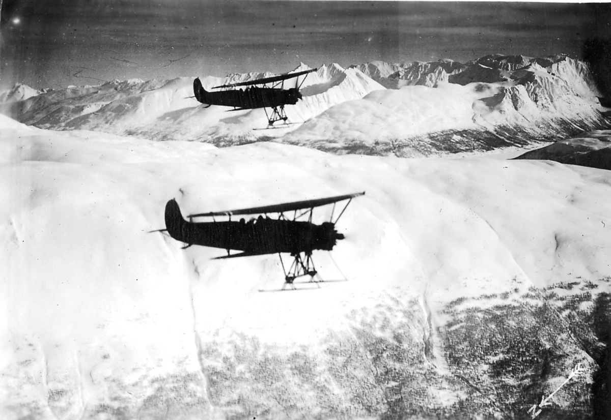 Luftfoto, to fly med skiunderstell i luften, Fokker C.V.D Snødekt landskap under.