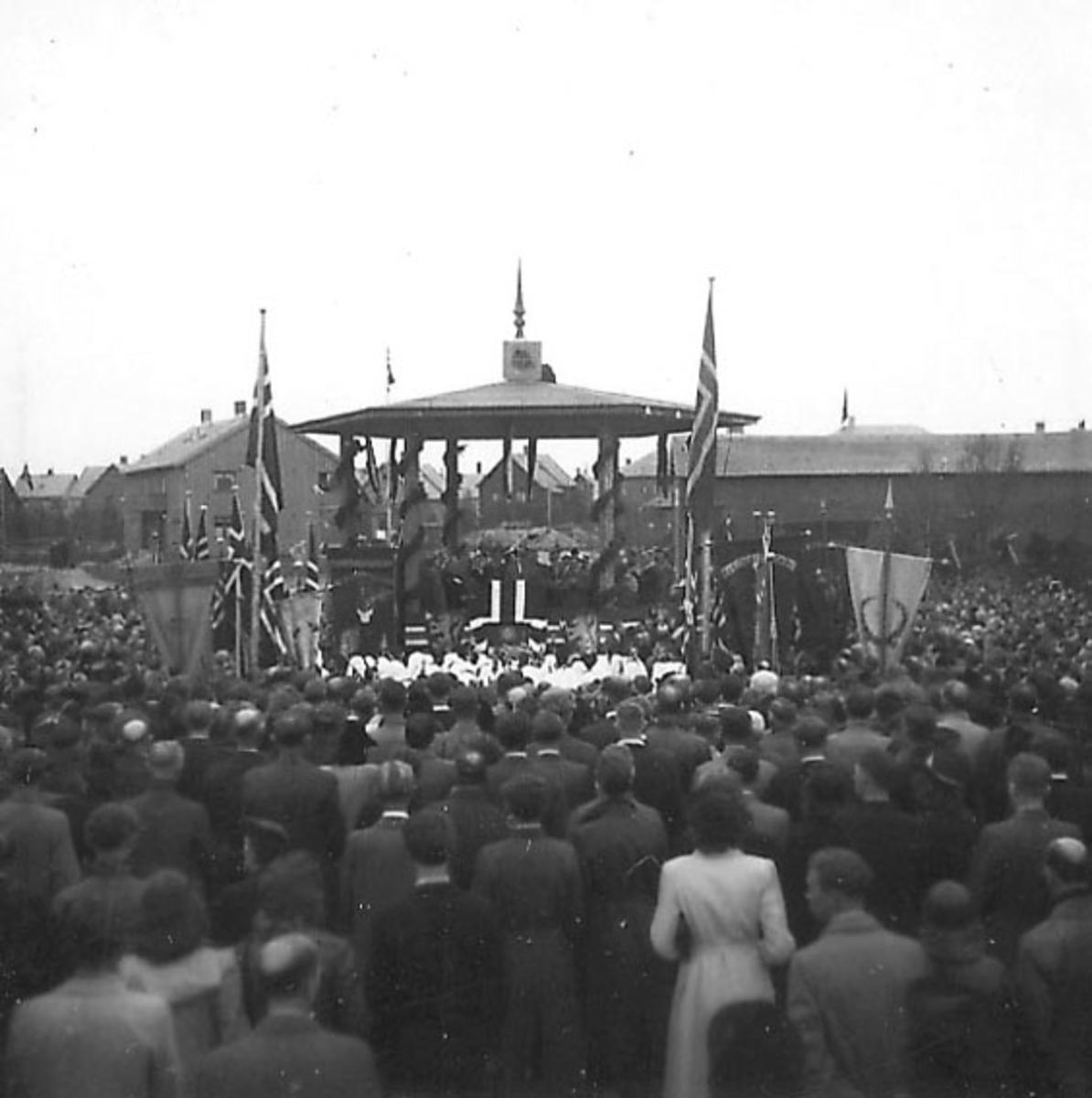 Frigjøringsdagene i Bodø etter krigen  1945. Mange personer rundt paviljong på torvet.