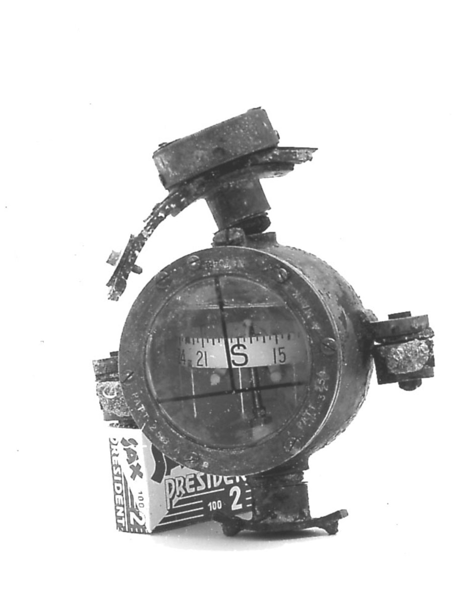 Instrument, kompass. Tilhører et fly FF.9 Kaje.