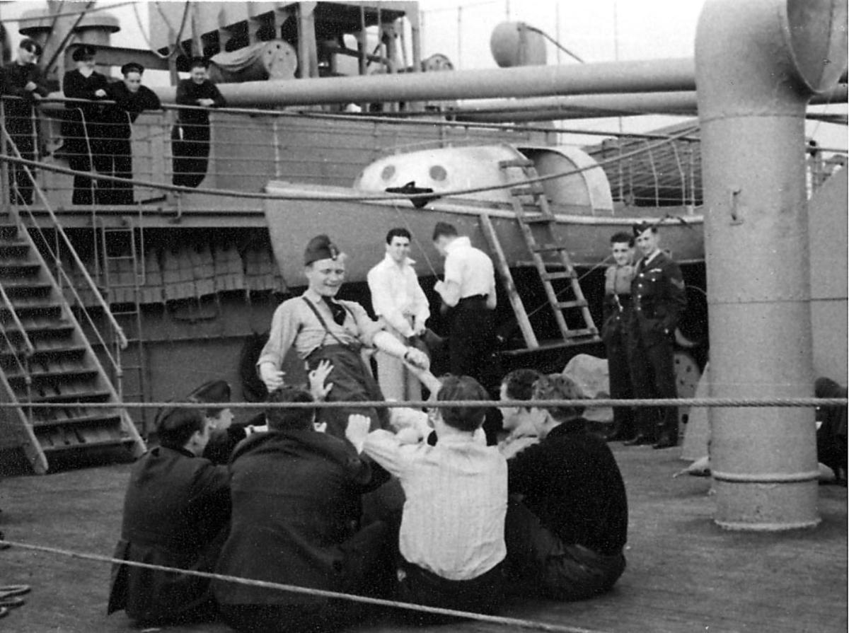Portrett, en gruppe personer i militæruniform ombord i fartøy.