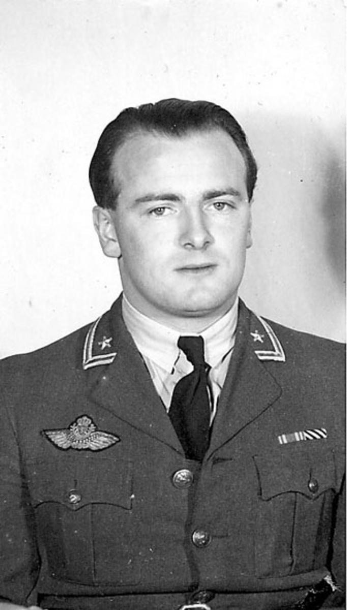 Portrett, 1 person, militær, i uniform. Brystbilde.