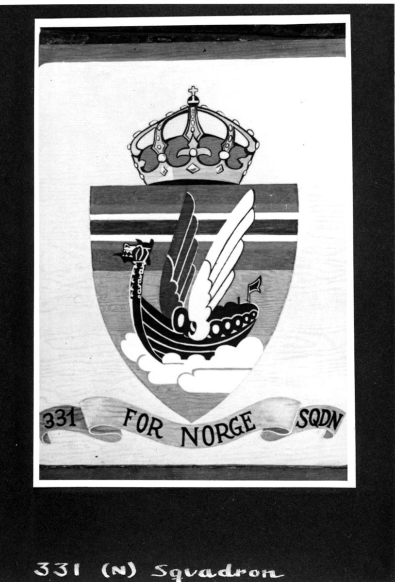 Logo, vikingeskip, under stå det skrevet: 331 FOR NORGE SQDN. Håndskrevet tekst under bildet.