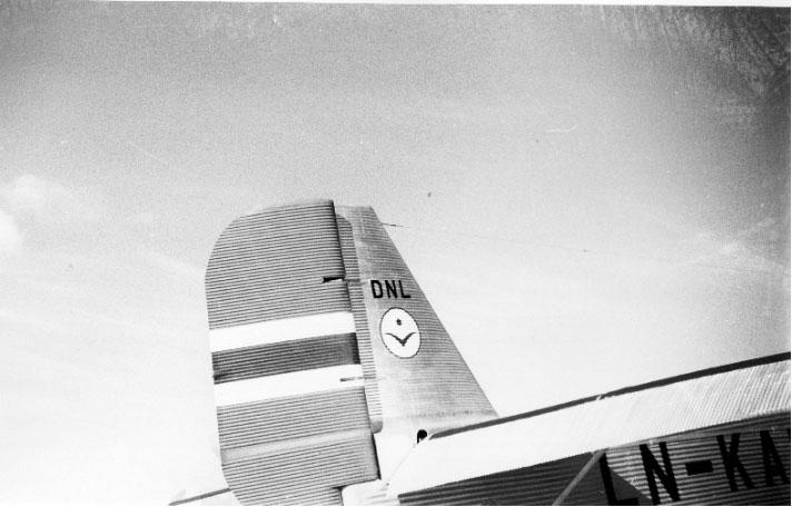 1 fly, Junkers Ju 52, halepartiet, med bl.a. logoen til DNL, sett fra siden.