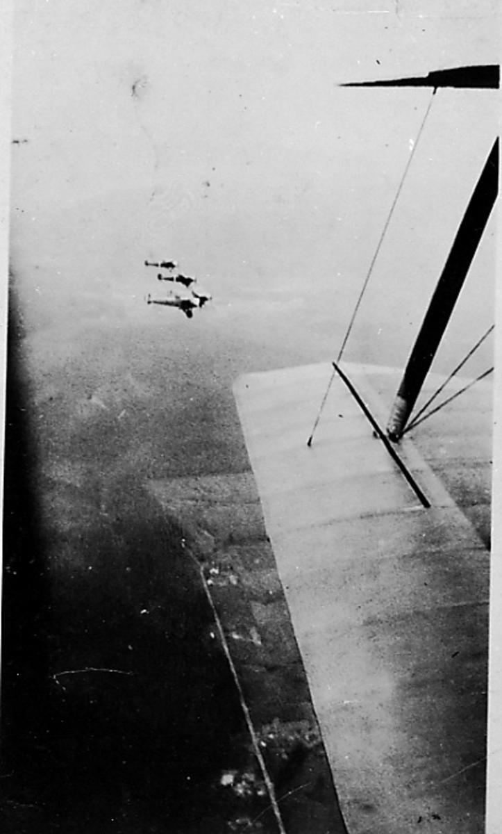 Luftfoto, 3 fly i lufta, Hauk. Bildet tatt fra Kaie 1, litt av flyvingen sees.