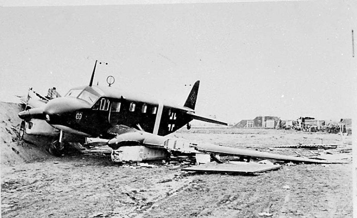 """Skadet fly - flyhavari, Caudron C.445 """"Goeland"""" (Seagull) ??+YL. Ligger på bakken, skrått forfra."""