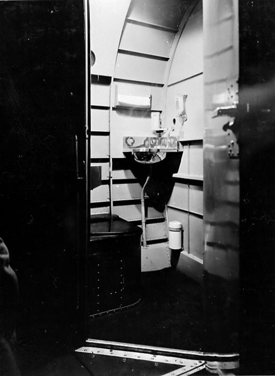 Inne i flycabinen på en DC-2. Foto av toalettrom - Wc.