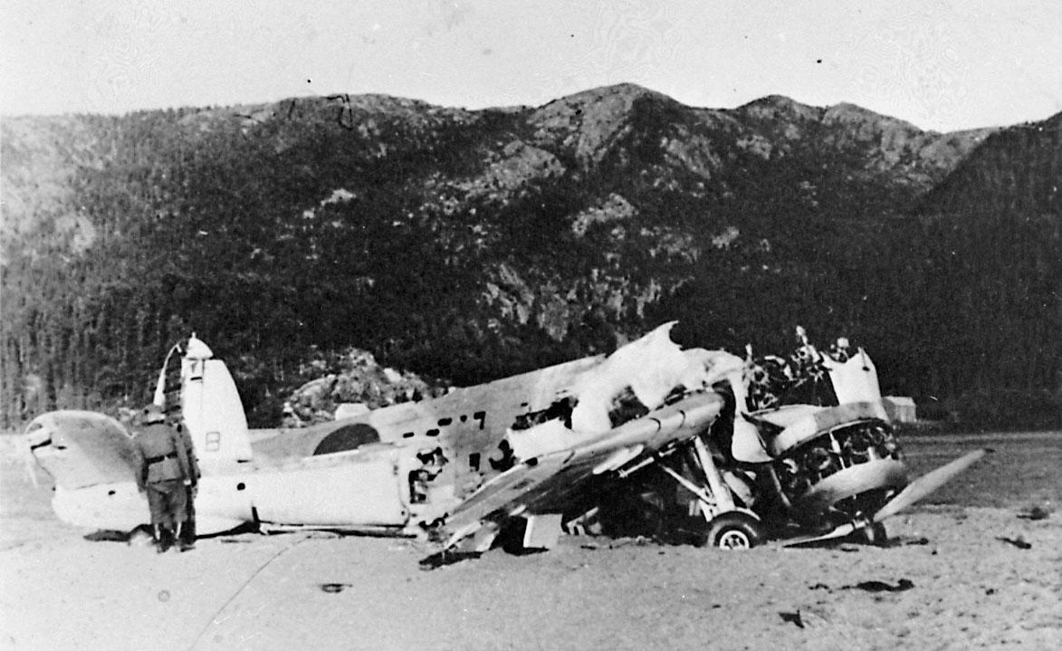 1 havarert fly - flyvrak, Skua L3055. Soldat i uniform ved flyet.