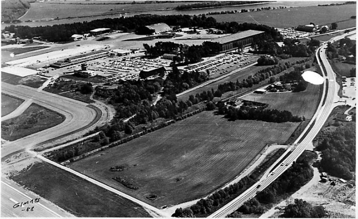Lufthavn, luftfoto over deler av flyplassen, oversiktsbilde.