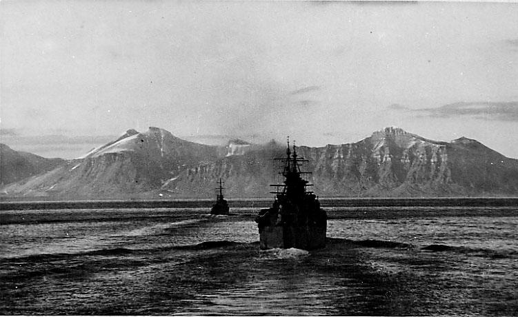 2 marinefartøyer i fart på havoverflata. Tirpitz?