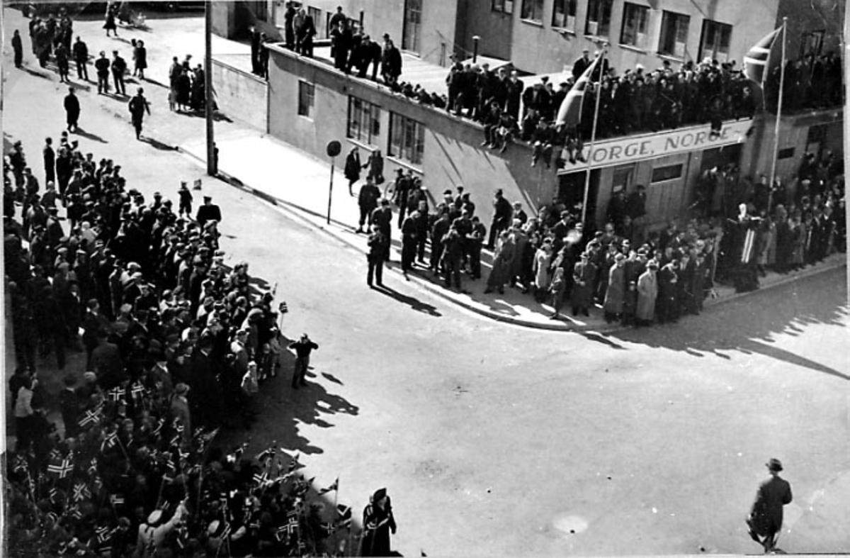 By med store folkemengder i gatene. Bilde tatt fra hustak e.l.