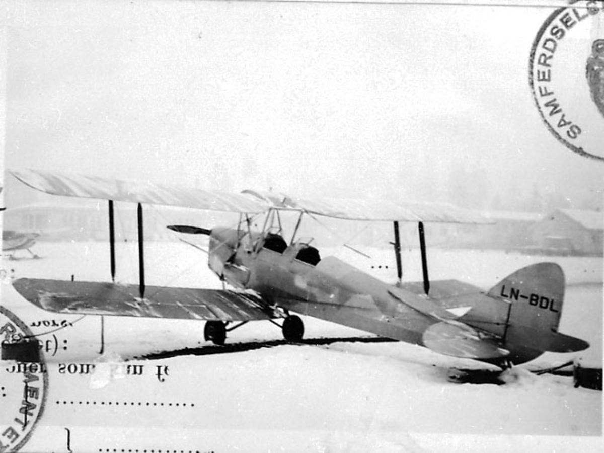 Ant. lufthavn. 1 fly på bakken, Tiger Moth DH 82 A, LN-BDL, fra Norsk Aero Klubb. Snø på bakken.