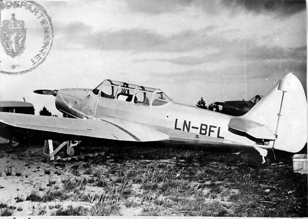 Lufthavn, 1 fly på bakken, Cornell M62A (PT-19), LN-BFL, fra Fjellfly