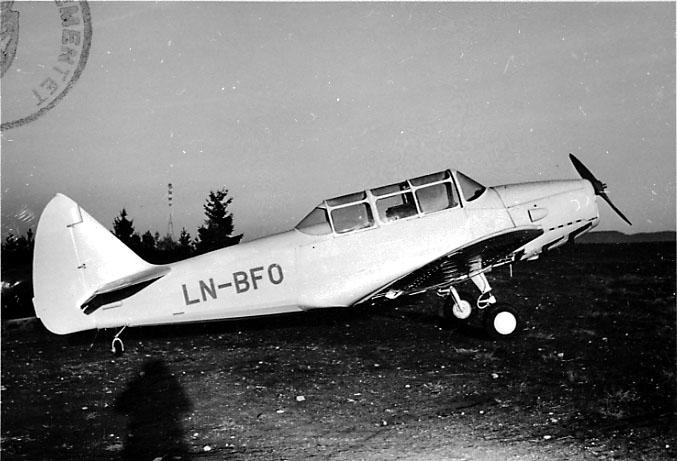 Lufthavn, 1 fly på bakken, Cornell M62A (PT-19), LN-BFO, fra Kjetilson