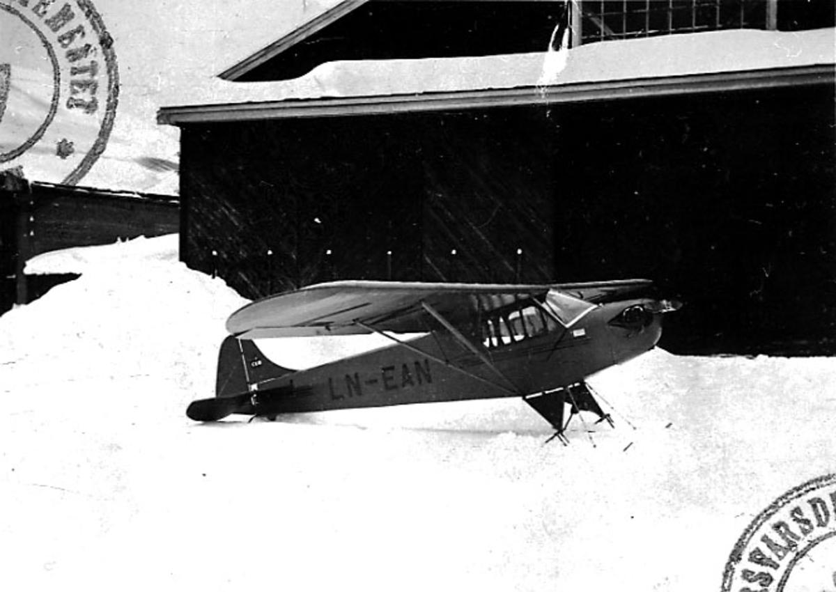 Lufthavn, 1 fly på bakken, Piper Taylor J-2, LN-EAN, fra Wessels Flyveselskap.