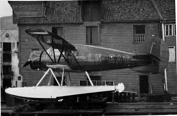 Ett fly på bakken (brygge), Waco Cabin Y.K.S-7, LN-EAO, fra Sønnichsen & Co.