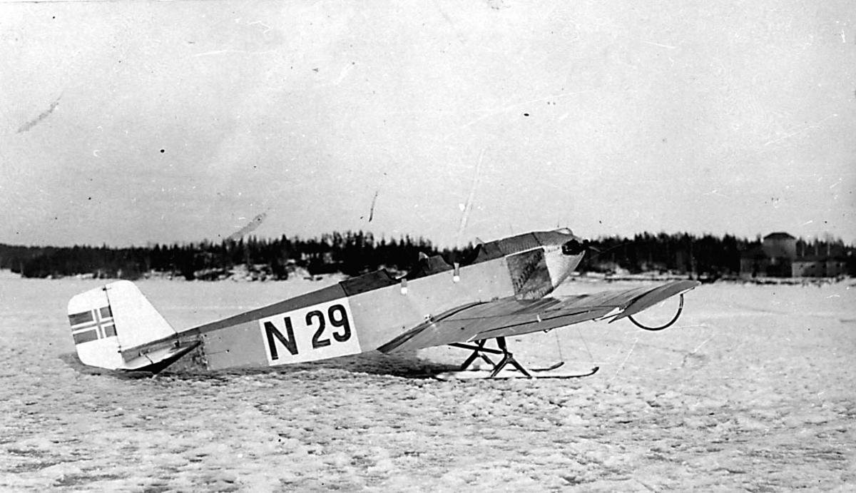 1 fly på bakken, Klemm L.20 fra Leif Lier & Steen A/S Oslo.