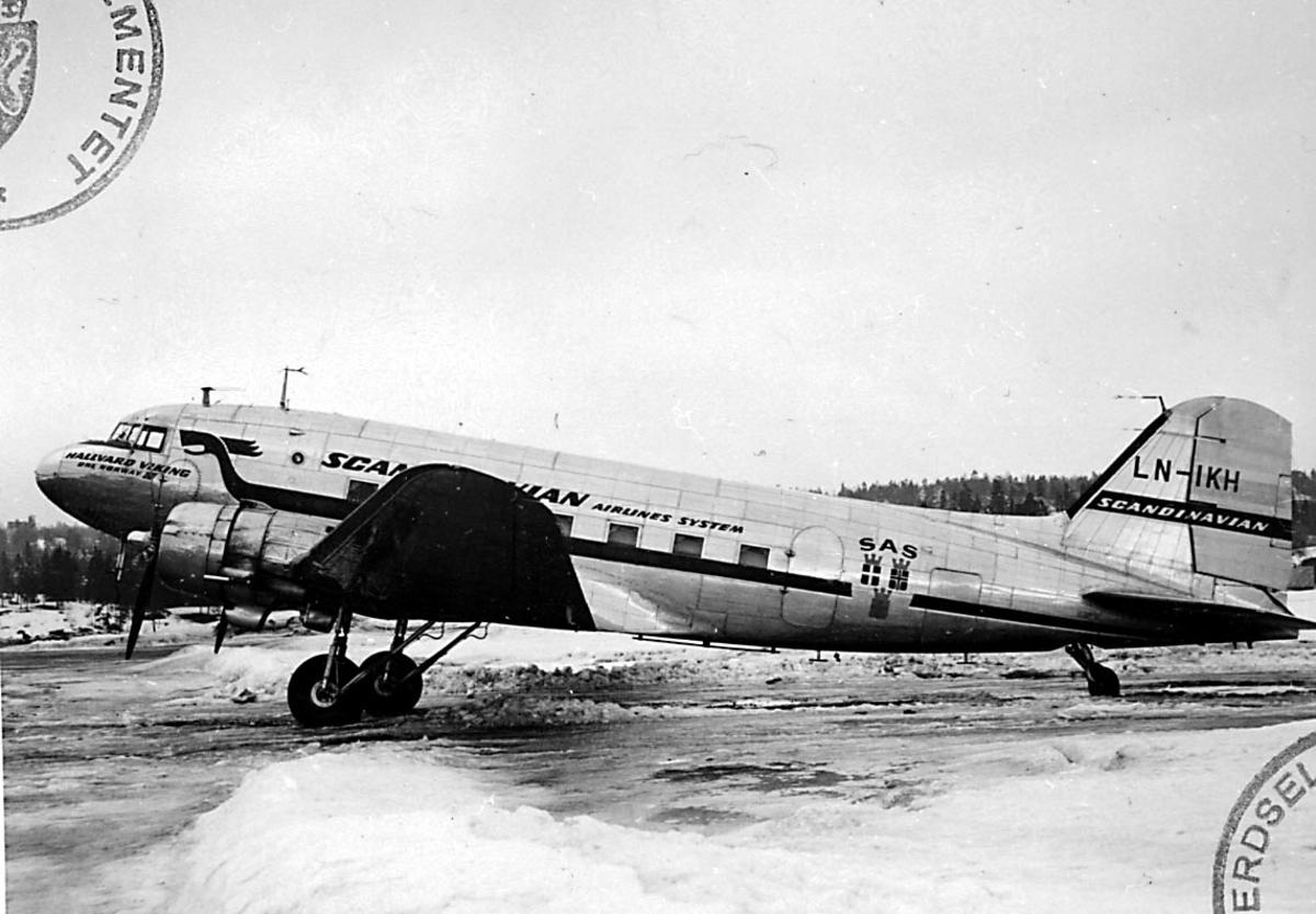 """Lufthavn, 1 fly på bakken, Douglas DC-3 /C-47 Dacota, LN-IKH """"Hallvard Viking"""" fra DNL A/S Oslo."""