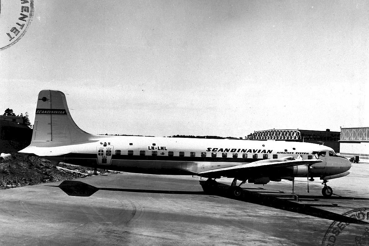 """Lufthavn, 1 fly på bakken, Douglas DC-6 B.1225 LDB 309 LN-LML """"Heming Viking"""" fra SAS."""