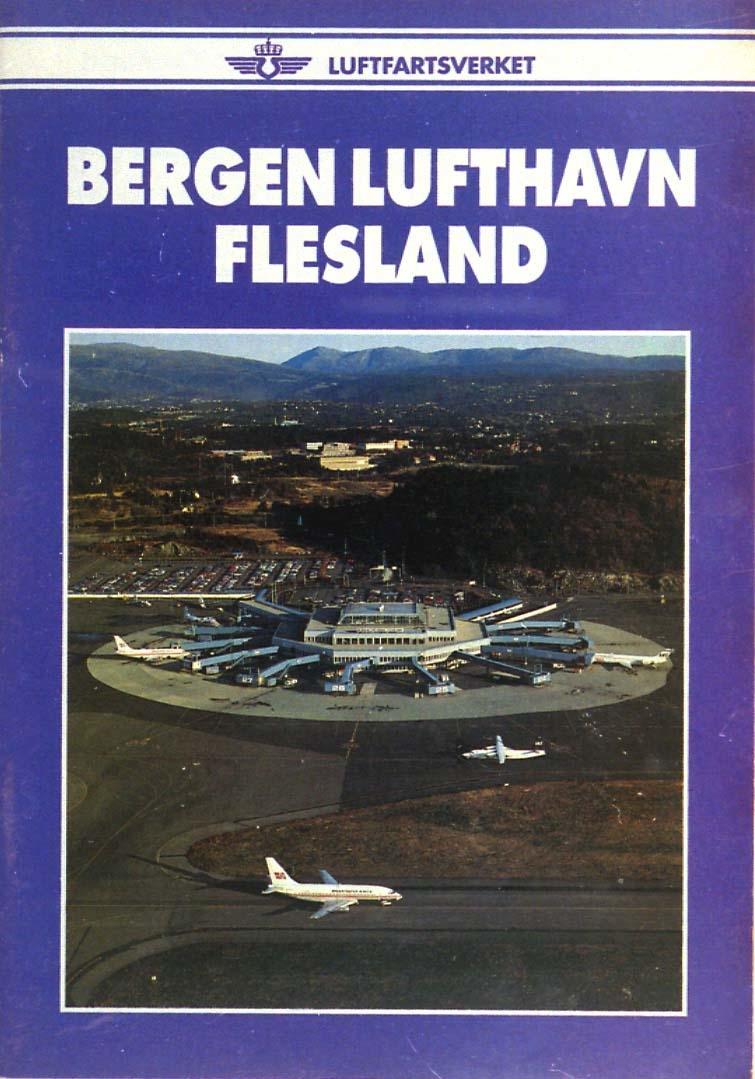 Luftfoto av lufthavn med terminalbygninger, parkerte fly, parkeringsplass og noe av rullebanen.