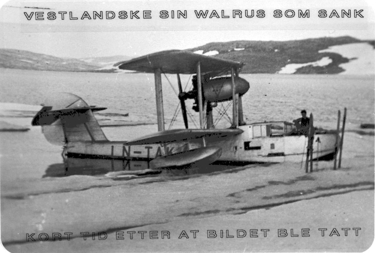 Maskinkopi av 1 foto. Lufthavn/sjøflyhavn. 1 fly Supermarine SR6S Walrus-1, LN-TAK, fra Vestlandske Flyselskap A/S, ved strandkanten.