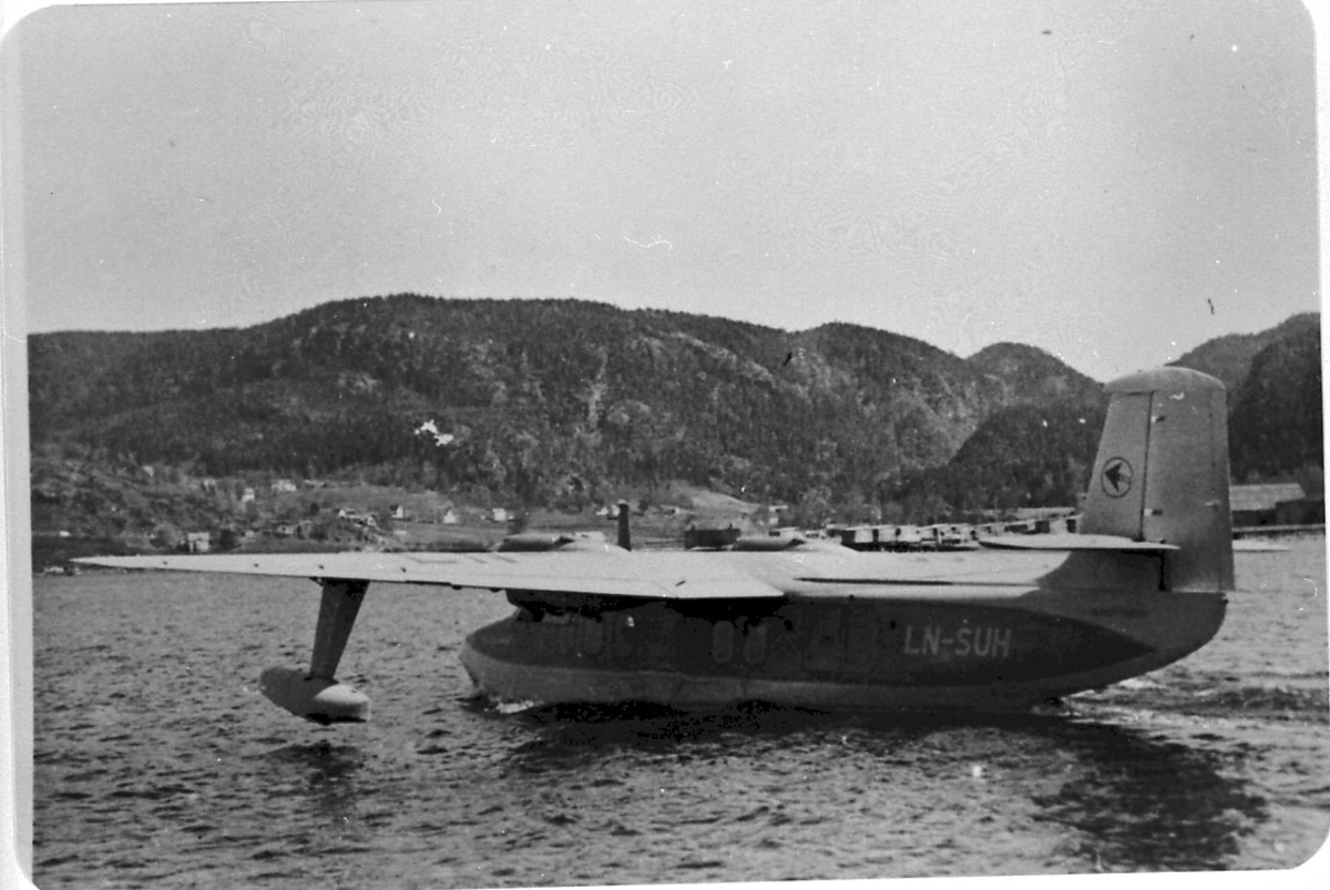 1 fly i sakte fart på havoverflata, Short SA-6 Sealand Mrk.1 M, LN-SUH fra Vestlandske Luftfartselskap A/S.