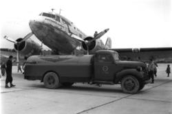 "Lufthavn, 1 fly på bakken, Douglas DC-3 Dacota  LN-IKG ""Gutt"