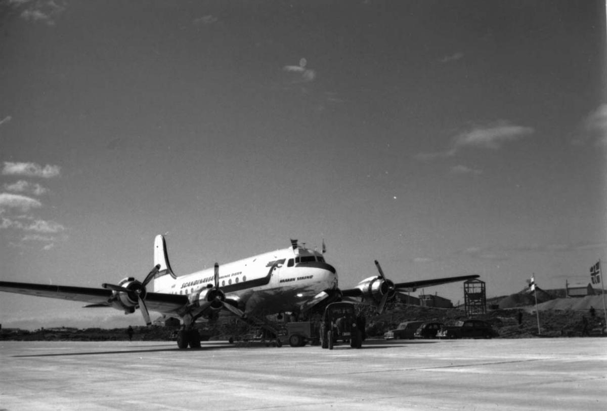"""Lufthavn, 1 fly på bakken, Douglas DC-4 /C-54-1009 Skymaster. Mil C-54 LN-IAD """"Haakon Viking fra DNL/SAS."""