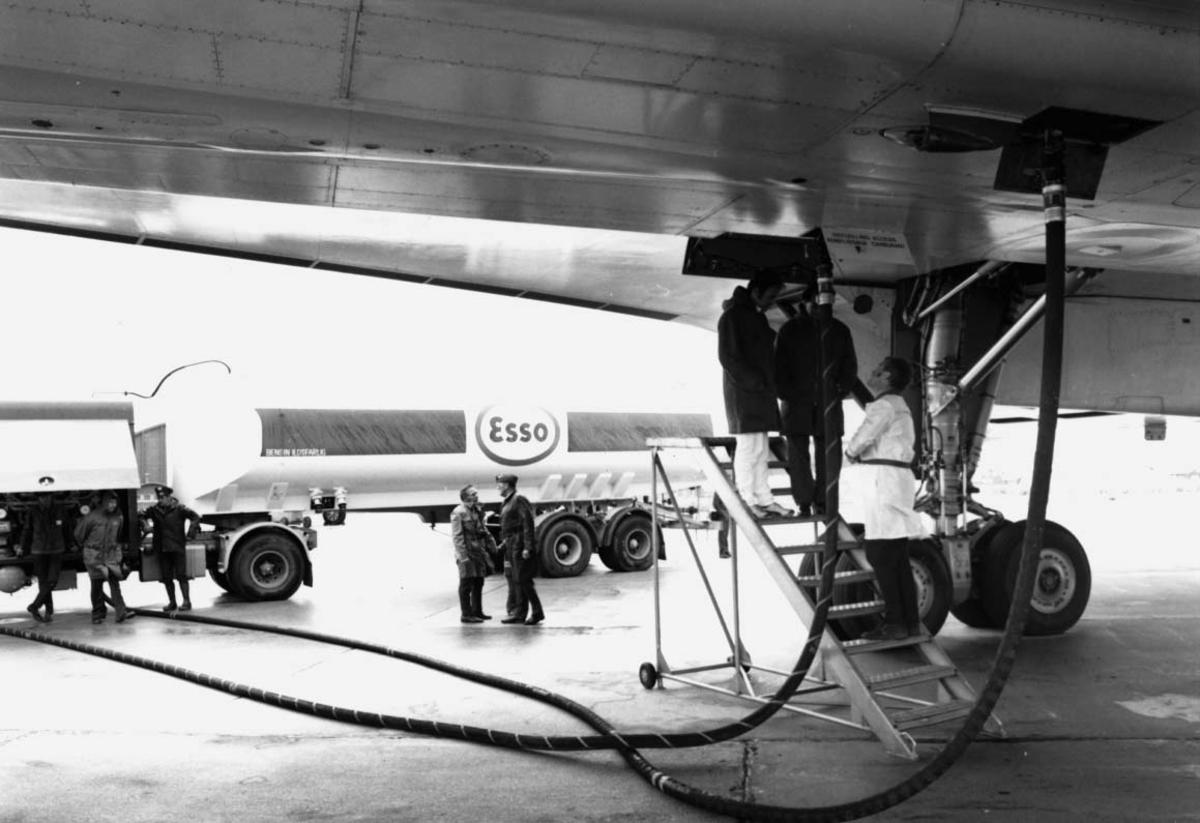 Lufthavn, 1 fly på bakken Concorde F-WTSB fra Air France, detaljfoto. Tankbil og noen personer - opptanking.