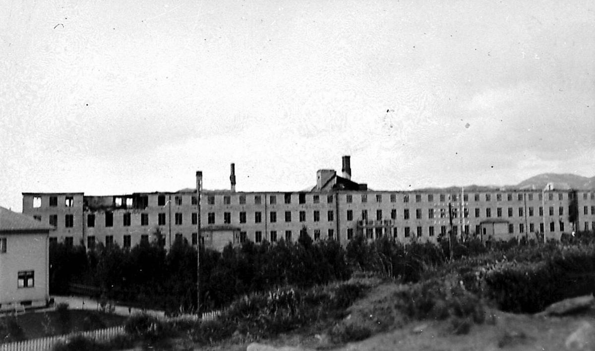 Tettsted/by. Større bygning, Bodø sykehus, noe ødelagt etter bombenedslag.