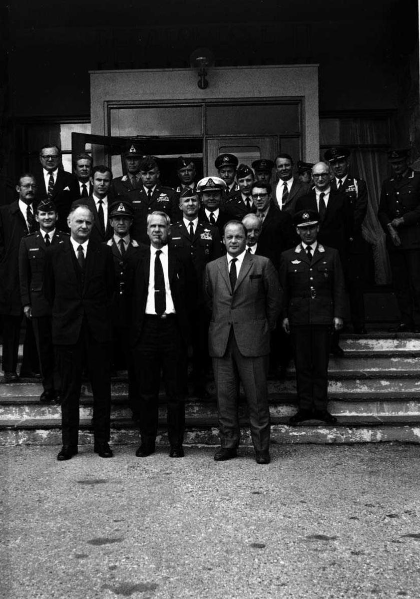 Gruppefoto sivilt og miltært personell.