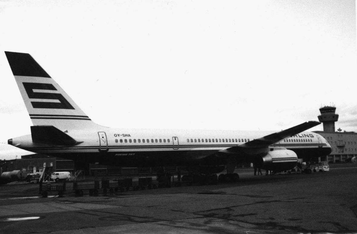 Lufthavn - flyplass. Ett fly på bakken, OY-SHA   Boeing 757 - 2J4 ER ser no 25165/ 371,    fra Sterling Airways, Danmark.