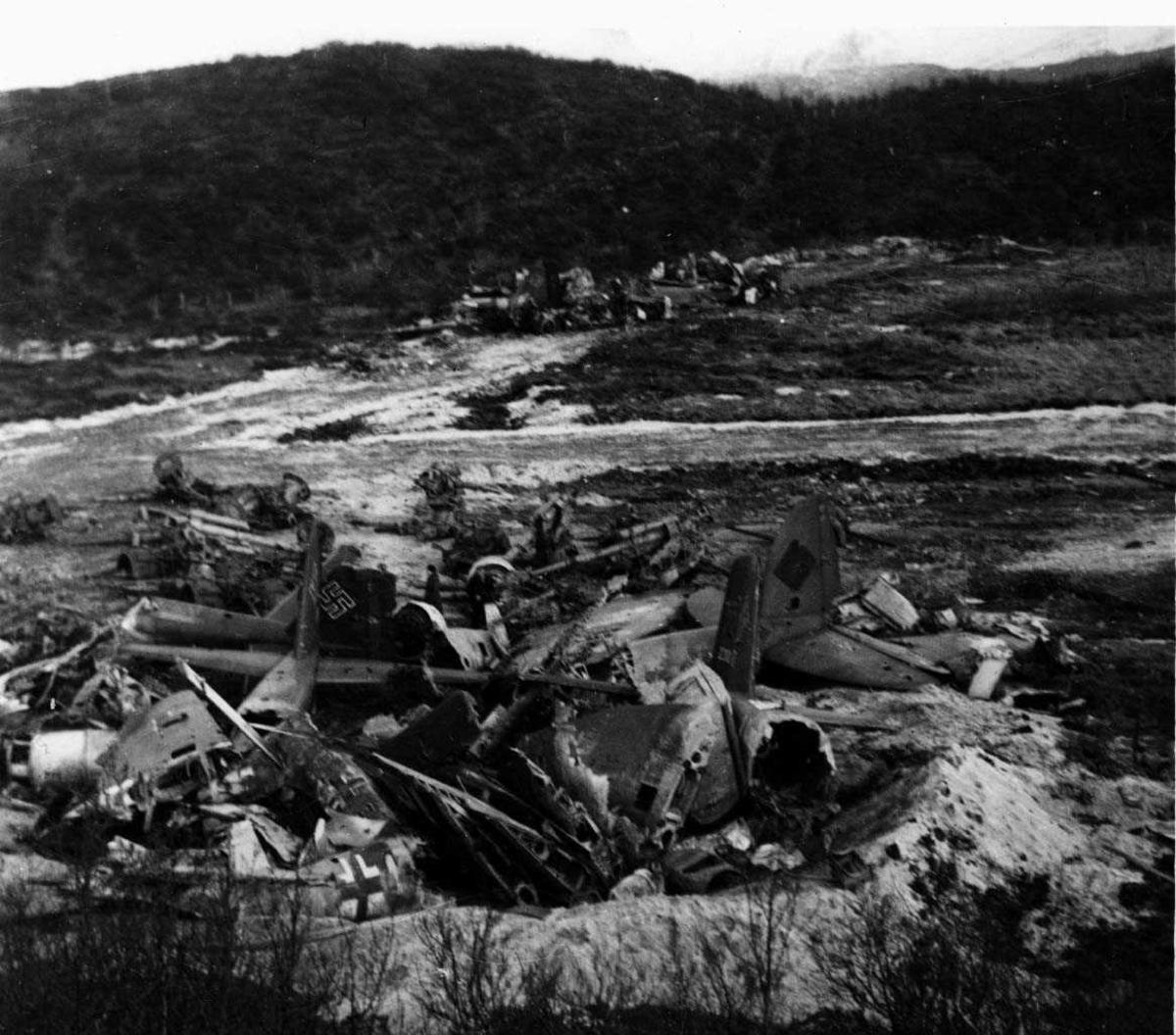 Tyske flly (deler) klar for nedgraving 1945.