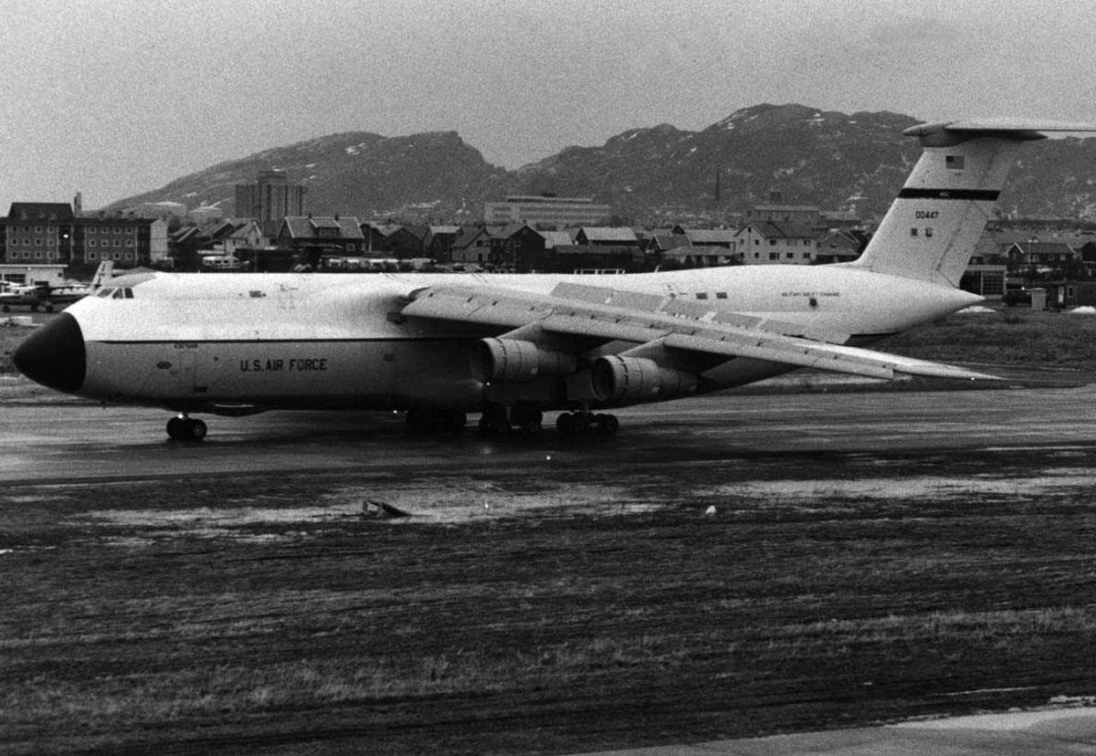 Lufthavn- flyplass  En Lockheed C-5 Galaxy lander i Bodø.